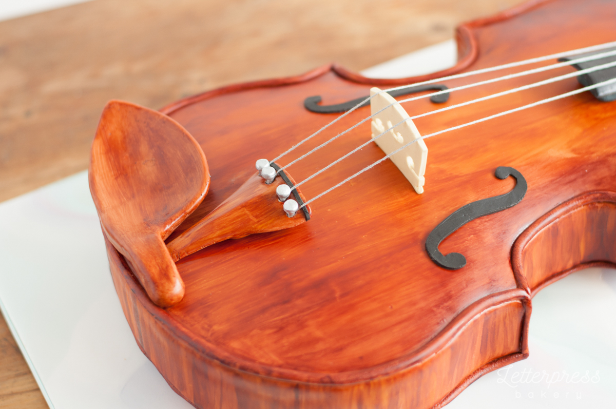 3D violin cake close up